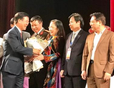 Ông Võ Văn Thưởng - Ủy viên Bộ Chính trị, Trưởng Ban Tuyên giáo trung ưng - tặng hoa chúc mừng NSND Thuý Mùi đắc cử Chủ tịch Hội NSSK Việt Nam