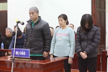 Từ trái qua phải, các bị cáo gồm: tài xế Doãn Quý Phiến, nhân viên giám sát trên xe Nguyễn Bích Quy và Nguyễn Thị Bích Thủy (giáo viên chủ nhiệm lớp 1 Tokyo, Trường Gateway).