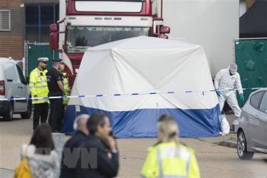 Cảnh sát Anh điều tra tại hiện trường phát hiện 39 thi thể người Việt trong thùng xe tải đông lạnh ở khu công nghiệp Waterglade thuộc hạt Essex, Anh, ngày 23-10-2019.