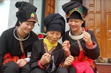 Phụ nữ Dao đều học thêu, may trang phục truyền thống của mình.