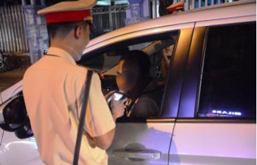 Đội CSGT Công an Tam Kỳ (Quảng Nam) kiểm tra nồng độ cồn các phương tiện.