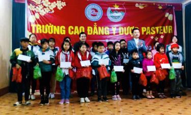Lãnh đạo Trường Cao đẳng Y dược Pasteur trao tặng quà tết cho học sinh nghèo trên địa bàn thành phố Yên Bái.