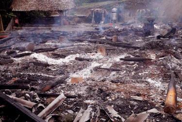 Ngôi nhà sàn 4 gian cùng tải sản của gia đình ông Phùng Văn Vi bị thiêu rụi hoàn toàn trong đêm, nguyên nhân do chập điện