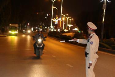 Cảnh sát giao thông tăng cường tuần tra, xử lý vi phạm trên các tuyến đường trọng điểm.