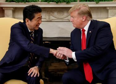 Tổng thống Mỹ Donald Trump (phải) và Thủ tướng Nhật Bản Abe Shinzo.