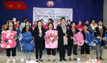 Lãnh đạo Hội LHPN Việt Nam và Hội LHPN tỉnh Yên Bái tặng chăn ấm cho phụ nữ xã Yên Thành (huyện Yên Bình)