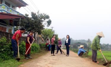 Phụ nữ huyện Trấn Yên vệ sinh đường thôn, trồng hoa tạo cảnh quan môi trường xanh - sạch - đẹp.