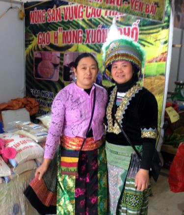 Chị Phạm Thị Phương Hồng (bên phải) đưa sản phẩm gạo Mông tham gia Hội chợ xúc tiến thương mại do Bộ Nông nghiệp và Phát triển nông thôn tổ chức.
