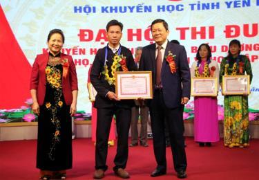 Các đồng chí: Ngô Thị Chinh - Chủ tịch Hội Khuyến học tỉnh; Vương Văn Bằng - Phó Chủ tịch Hội Khuyến học, Giám đốc Sở Giáo dục - Đào tạo trao giấy khen cho các tập thể có thành tích xây dựng cộng đồng học tập.