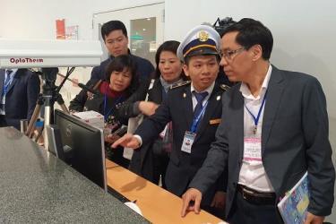 Thứ trưởng Bộ Y tế Đỗ Xuân Tuyên (bìa phải) dẫn đầu đoàn công tác Bộ Y tế kiểm tra việc phòng chống dịch viêm phổi cấp tại cửa khẩu sân bay Nội Bài sáng nay (21.1)