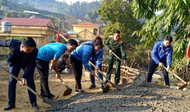 """Tuổi trẻ thành phố Yên Bái và huyện Mù Cang Chải xây dựng công trình """"Cùng em tôi đến trường"""" tại huyện Mù Cang Chải."""