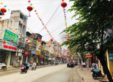 Nhiều tuyến đường, khu phố tại thành phố Yên Bái đã được trang trí rực rỡ.