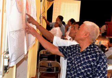 Cán bộ, nhân dân phường Nguyễn Thái Học theo dõi bản đồ dự kiến quy hoạch chi tiết của địa phương.