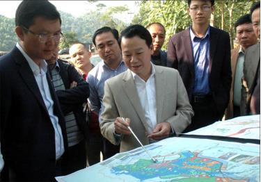Đồng chí Đỗ Đức Duy - Phó Bí thư Tỉnh ủy, Chủ tịch UBND tỉnh giới thiệu với nhà đầu tư về tiềm năng phát triển du lịch sinh thái đầm Vân Hội, huyện Trấn Yên.