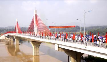 Người dân hân hoan trong lễ thông xe cầu Bách Lẫm. (Ảnh: Ngọc Đồng)