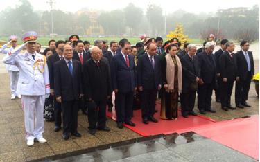 Đoàn lãnh đạo Đảng và Nhà nước vào Lăng viếng Chủ tịch Hồ Chí Minh.