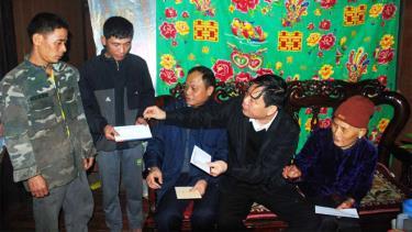 Ông Nguyễn Xuân Cường tặng quà cho người dân có nhà bị thịệt hại nặng nề do mưa đá