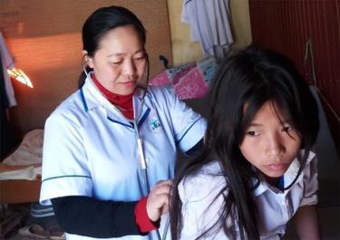 Y sĩ Nguyễn Thị Vân Thủy thăm khám cho bệnh nhi.