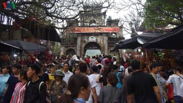 Du khách nườm nượp đổ về chùa Hương.