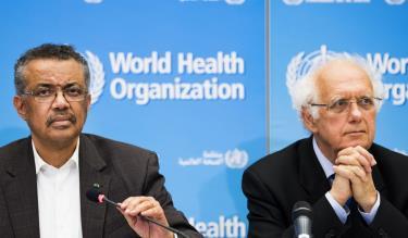 Tổng giám đốc WHO, ông Tedros Adhanom (trái) và giáo sư Didier Houssin, Chủ tịch Ủy ban Khẩn cấp, nói chuyện với truyền thông tại trụ sở của WHO ở Geneva ngày 30/1.