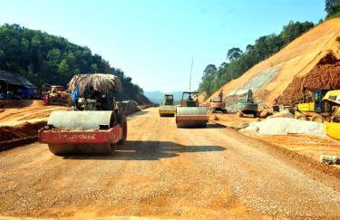 Các đơn vị thi công đẩy nhanh tiến độ công trình đường nối quốc lộ 32C với cao tốc Nội Bài - Lào Cai.