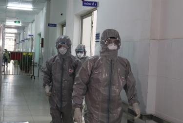 Doctors of the Cho Ray Hospital wear protective clothing when entering the quarantine area.