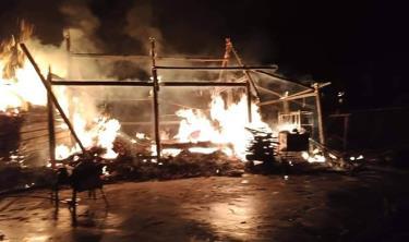 Vụ cháy xảy ra trong đêm tối nên việc ứng cứu khó khăn.