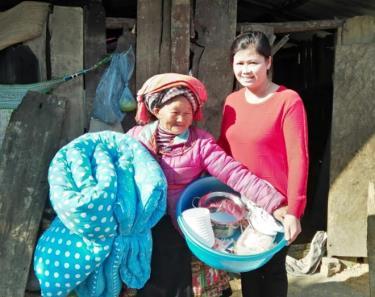 Chị Nam và cụ bà Giàng Thị Mo bên ngôi nhà mới.