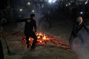Tục nhảy lửa của người Dao đỏ xã Viễn Sơn là hình thức sinh hoạt văn hóa tinh thần mang tính tâm linh độc đáo.