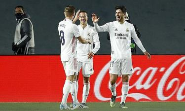 Asensio (phải) mừng bàn thắng với Vazquez (giữa) và Kroos.