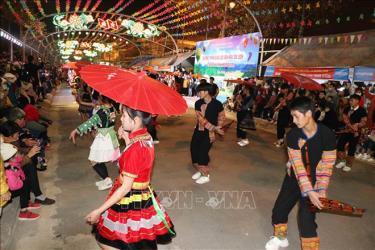 Trình diễn đường phố trang phục đặc sắc của dân tộc Mông ở Than Uyên (Lai Châu).