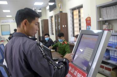 Một trong 6 nhiệm vụ quan trọng là cải cách thủ tục hành chính, nâng cao chất lượng phục vụ người dân và doanh nghiệp. (Trong ảnh: Người dân huyện Văn Yên giải quyết công việc tại Bộ phận Phục vụ hành chính công huyện).