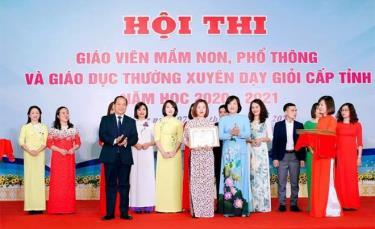 Cô giáo Trần Thị Bích Lệ - giáo viên Trường Mầm non Hoa Hồng đạt giải Ba Hội thi giáo viên dạy giỏi cấp tỉnh năm 2020.