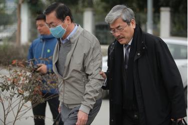 Ông Vũ Huy Hoàng (trái) và luật sư tại TAND TP Hà Nội.