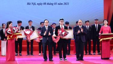 Thủ tướng Nguyễn Xuân Phúc và Bộ trưởng Bộ GD-ĐT Phùng Xuân Nhạ trao thưởng cho các em học sinh.