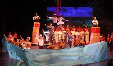 """Biên giới, biển đảo là mảng đề tài hấp dẫn giới văn nghệ sĩ. Trong ảnh: Một tiết mục biểu diễn trong chương trình nghệ thuật """"Biển đảo là quê hương"""" của Liên đoàn Xiếc Việt Nam."""