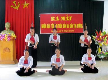 Biểu diễn điệu múa chai trong lễ ra mắt Nhóm bảo tồn tri thức bản địa dân tộc Mường, xã Nghĩa Phúc, thị xã Nghĩa Lộ.