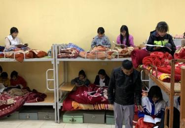 Học sinh bán trú Trường PTDTBT THCS Lý Tự Trọng, huyện Mù Cang Chải được giữ ấm và tổ chức ôn bài trong phòng ở.