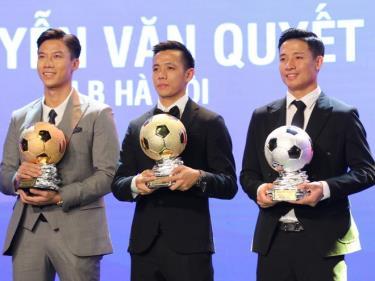 Văn Quyết trong phút giây đăng quang quả bóng Vàng Việt Nam 2020, bên cạnh Bùi Tiến Dũng (quả bóng Bạc), Quế Ngọc Hải (quả bóng Đồng)