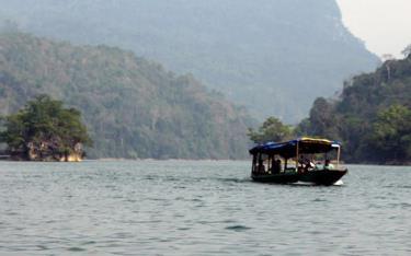 Du lịch trên hồ Ba Bể.