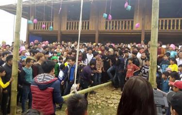 Nhân dân thị xã Nghĩa Lộ tham gia các trò chơi dân gian trong Lễ hội Rằm tháng Giêng.
