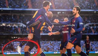 Messi ăn mừng bàn thắng sau khi kiến tạo cho đồng đội dù một chân bị tuột giày.
