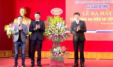 Đồng chí Trần Huy Tuấn – Chủ tịch UBND tỉnh tặng hoa chúc mừng ra mắt Văn phòng đại diện Báo Lao động tại khu vực Tây Bắc Bộ.