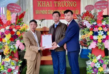 Lãnh đạo Sở Tư pháp trao Quyết định thành lập Văn phòng công chức Nguyễn Anh Liễu