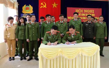 Các đơn vị ký giao ước thi đua Vì an ninh Tổ quốc và ký cam kết thực hiện Nghị định 137/NĐ-CP về quản lý, sử dụng pháo.