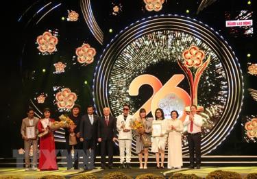 Đại diện Ban tổ chức trao giải thưởng Mai Vàng 2020 ở hạng mục tác phẩm và chương trình truyền hình.