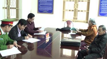 Cán bộ Ban Tiếp công dân tỉnh Yên Bái tiếp nhận đơn khiếu nại, tố cáo, kiến nghị, phản ánh của người dân.