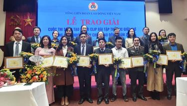 Lãnh đạo Tổng Liên đoàn Lao động Việt Nam và Công đoàn Y tế Việt Nam trao giải tới các đơn vị dự thi có tác phẩm xuất sắc