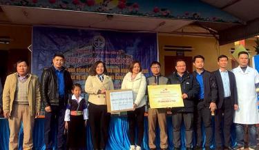 Lãnh đạo Bệnh viện Đa khoa tỉnh, Thành đoàn Yên Bái tặng quà cho thầy và trò nhà trường.