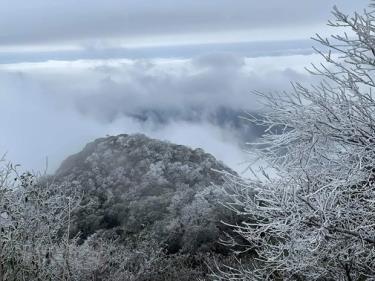 Băng tuyết phủ trắng trên đỉnh núi Phia Oắc.